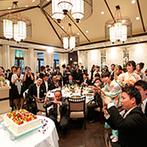 京都 アートグレイス ウエディングヒルズ:洗練されたパーティ空間を好きなカラーで飾り付け。家族へのサプライズで会場全体が温かなムードとなった