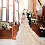 ル・クラブ・ド・マリアージュ:ステンドグラスの輝きに包まれての、本格的なプロテスタント教会式。本物の牧師による導きで誓いをたてた