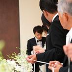 オリエンタルホテル広島:ゲスト参加型の演出であたたかな祝福に包まれたふたり。とびきりの笑顔が輝くアットホームな人前式