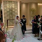 オリエンタルホテル広島:永遠に続く愛を象徴したリングが連なる、神聖なセレモニー空間。リボン&フラワーシャワーの祝福も思い出に