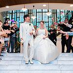 THE MORRIS(ザ・モーリス):高さ10mの開放的なチャペルで誓った永遠の愛…。挙式後は、ゲストとともに笑顔あふれるひと時を満喫!