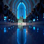 ラ・スリーズガーデン ベル・ルクス:幻想的なブルーの光が彩る教会式。スモークに包まれて退場した後は、青空の下でアフターセレモニー!