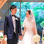 ANAクラウンプラザホテル広島:木のアーチから陽光が射し込む美しいチャペルに心を奪われた。100名以上のゲストを招待できることも決め手