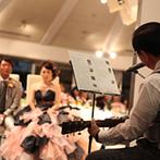 ホテル メルパルクHIROSHIMA:夜景きらめくガーデンはナイトウエディングならでは。父から娘へ贈るギターの弾き語りや、花火の演出も