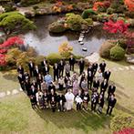 四季彩一力 ブラッサムガーデン:綿帽子の下はモダンな洋髪スタイル。神殿での厳かな挙式後は、見事な紅葉が彩る庭園でゆったりと記念撮影
