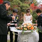 四季彩一力 ブラッサムガーデン:庭園に出て、和風ケーキを一人ひとりにサーブ!秋めく風の中、ゲストとの親睦を深めるなごやかな時間に