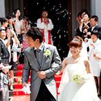 南蔵王・聖ペトロ教会(アニバーサリーガーデン フェアリーコート):たくさんの誓いを見守ってきたステンドグラスの輝きの中で、ふたりは夫婦に。式後はゲストの祝福に包まれた