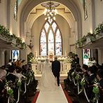 南蔵王・聖ペトロ教会(アニバーサリーガーデン フェアリーコート):フルートやコントラバス、パイプオルガンの生演奏が響く感動挙式。輝くステンドグラスの光がふたりを導いた