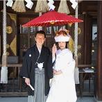 エルティ ウェディング・パーティ エンポリアム:美しい自然に包まれた福島県護国神社が誓いの舞台。挙式後は和やかな記念撮影を楽しみ、幸せをかみ締めた