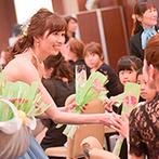 """エルティ ウェディング・パーティ エンポリアム:一人ひとりに手渡したガーベラの花言葉は""""感謝""""。ゲストとの時間を重視して、心ゆくまでふれあった"""