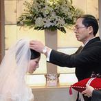 ANAクラウンプラザホテルグランコート名古屋:両親の手で完成させる、新婦のウエディングドレス姿。広々としたチャペルで、感動の手紙を読み上げる人前式