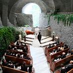 星野リゾート 軽井沢ホテルブレストンコート:先人が石を一つ一つ積み上げ、自然と見事に調和した石の教会。軽井沢で最高のおもてなしを贈る結婚式に