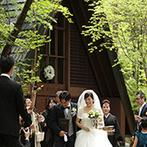 星野リゾート 軽井沢ホテルブレストンコート:新緑のまぶしい森にひっそりと佇む、歴史ある教会でのセレモニー。牧師の言葉に導かれ、最愛の人と結ばれた