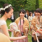星野リゾート 軽井沢ホテルブレストンコート:前菜やドリンクを自由に楽しむ、ガーデンでのウエルカムパーティ。雄大な景色も、最高のごちそうに!
