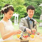 星野リゾート 軽井沢ホテルブレストンコート:緑の中のデザートビュッフェでゲストと歓談。引出物を並べて、好みの一品を選べる「ギフトマルシェ」も
