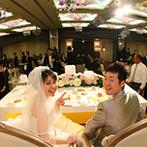 ホテル東日本盛岡:洗練された上質な会場を、ピンクの装花で大人可愛くアレンジ。ケーキや美食にもふたりらしさをプラスした