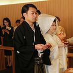 ヒルトン福岡シーホーク:最大100名まで列席できる、開放的な館内神殿で叶った挙式。日本古来の儀式が執り行われ、ふたりは夫婦に