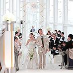 ヒルトン福岡シーホーク:空に浮かんでいるかのような純白のチャペルで誓った永遠の愛。挙式後の天使の羽根の演出にゲストもうっとり