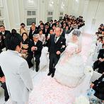 アーククラブ迎賓館 広島:貸切ならではのフラワーバージンロードを歩む新婦。その姿はまるでお姫様のようで、ゲストもうっとり…