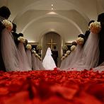 アーフェリーク迎賓館 熊本:花びらのバージンロードがロマンチックな雰囲気をかもし出すチャペルでの挙式。アフターセレモニーで笑顔!