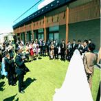 AMANDAN TERRACE(アマンダンテラス):ふたりを祝福するように青空が広がり、陽光が降り注ぐチャペル。挙式後は、開放的なガーデンで乾杯!