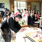 アマンダンテラス(AMANDAN TERRACE):披露宴後、全スタッフによる祝福を受け新婦の母も涙。料理長によるパフォーマンスはふたりもゲストも大喜び