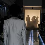 アール ベル アンジェ 仙台:暗闇の中、祭壇までの道のりを光が導くバージンロード。スクリーンを使った入場演出は、会場を感動で包んだ