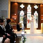 ホテルモントレエーデルホフ札幌:オーストリア・メルクの礼拝堂をモチーフにした神聖なチャペル。温かなまなざしを感じる対面式のソファ席も