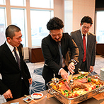ホテルモントレエーデルホフ札幌:13階からの眺めが広がる開放的な空間。ローストビーフやお寿司、デザートのビュッフェに美味しい笑顔