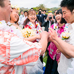 ANA ホリデイ・イン リゾート 宮崎:ガーデンでの人前式は、オープンエアでカジュアルな雰囲気。アロハシャツとミニドレスで南国っぽさを表した