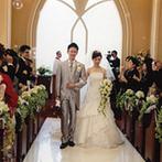 エクシブ琵琶湖:琵琶湖を見渡せるチャペルで行う、伝統的な教会式。シャボン玉が舞う退場シーンが、幻想的なバージンロード