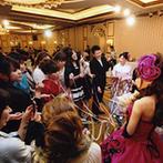 エクシブ琵琶湖:豊富な衣裳から選んだ、お気に入りのドレス。バンケットでのブーケプルズで、女性ゲストとの交流を楽しんだ