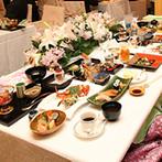 エクシブ琵琶湖:琵琶湖を背にした高砂席から、ゲスト全員の顔を見渡せるレイアウト。季節感あふれる会場で、旬の和食を堪能