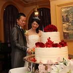 エクシブ琵琶湖:変装したゲストのフェイント入場で、会場が沸いたお色直し!各卓まわりでは、一人ひとりにケーキを手渡して