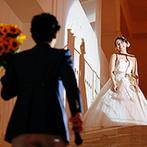 アニヴェルセル 江坂:幸福感たっぷりのふたりらしい演出の数々。新婦へのサプライズを盛り込んだ階段入場がなんともロマンチック