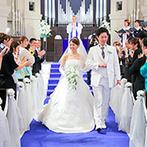 アニヴェルセル 江坂:ここならではのブルーのバージンロード。両親や祖父母も「きれいだったよ」と、花嫁姿を絶賛してくれた