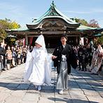 KKRホテル大阪:一般の参拝客からも祝福を受ける、花嫁行列に折鶴シャワー。スタッフの見事な采配で、新婦の夢がすべて実現