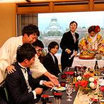 KKRホテル大阪:一面の窓から紅葉あざやかな大阪城を一望!靴を脱いでくつろぐ畳敷きの会場で、ふたりからのふるまい寿司も