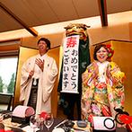 KKRホテル大阪:ゲストの掛け声で鏡開きを披露し、枡での祝い酒で乾杯!お色直しで登場した獅子舞も楽しく盛り上げてくれた