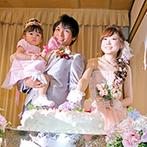 花巻温泉:淡い色の装花で、会場をキュートにコーディネート。苺たっぷり&ハートのウエディングケーキもお気に入り