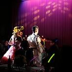 The New Hotel Kumamoto(ザ・ニューホテル熊本):ドレスの色当てクイズを兼ねた再入場はロマンチックな演出に。各卓を回り、遠方ゲストにも感謝を伝えられた
