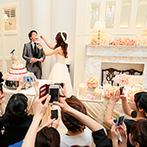 アーククラブ迎賓館 新潟:開放感のある白い会場をアンティーク調にアレンジ。春色のふんわりとした装花もパーティシーンを引き立てた