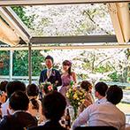 AMANDAN VILLA(アマンダンヴィラ):ガラス張りの会場ならではの入場演出は、桜の眺めと相まって、ゲストも思わず見とれる幻想的なシーンに