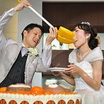 ラヴィール岡山:新郎好みのアイテムで彩ったオリジナルのケーキ。ファーストバイトは巨大なスコップで大盛り上がり