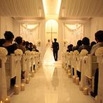 アーフェリーク迎賓館 岐阜:大切なゲストをすぐ近くに感じるチャペルで叶えた教会式。挙式後は青空に色鮮やかなバルーンが舞い上がった