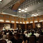 ハイアット リージェンシー 福岡:開放的なパーティ会場で、184名のゲストをおもてなし。アートのように色鮮やかな美食で歓談が弾むひと時