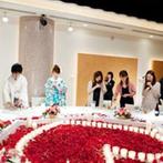 和多屋別荘 THE COTTON CLUB:メインテーブルには真っ赤なハート型のキャンドル&装花が!友人ゲストと同じ席で、カジュアルに楽しんだ