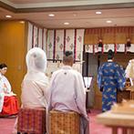 和多屋別荘 THE COTTON CLUB:歴史ある老舗旅館内の神殿で静かに行われた神前式。家族と親族に見守られて誓う厳かな式はふたりの理想通り