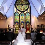 エルセルモ広島:家族や親族に見守られてのアットホームな教会式。厳かな空間で誓いを立てた後は外の階段で花びらの祝福も!