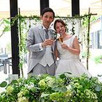 ザ・ハウス愛野(THE HOUSE AINO):風薫る5月にふさわしく、爽やかなグリーン系の装花でコーディネート。新婦父へのバースデーサプライズも